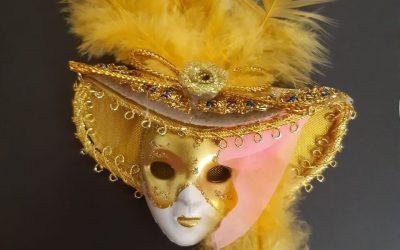 La peur du jugement nous incite-t-elle à jouer un personnage ou à nous cacher derrière un masque ?